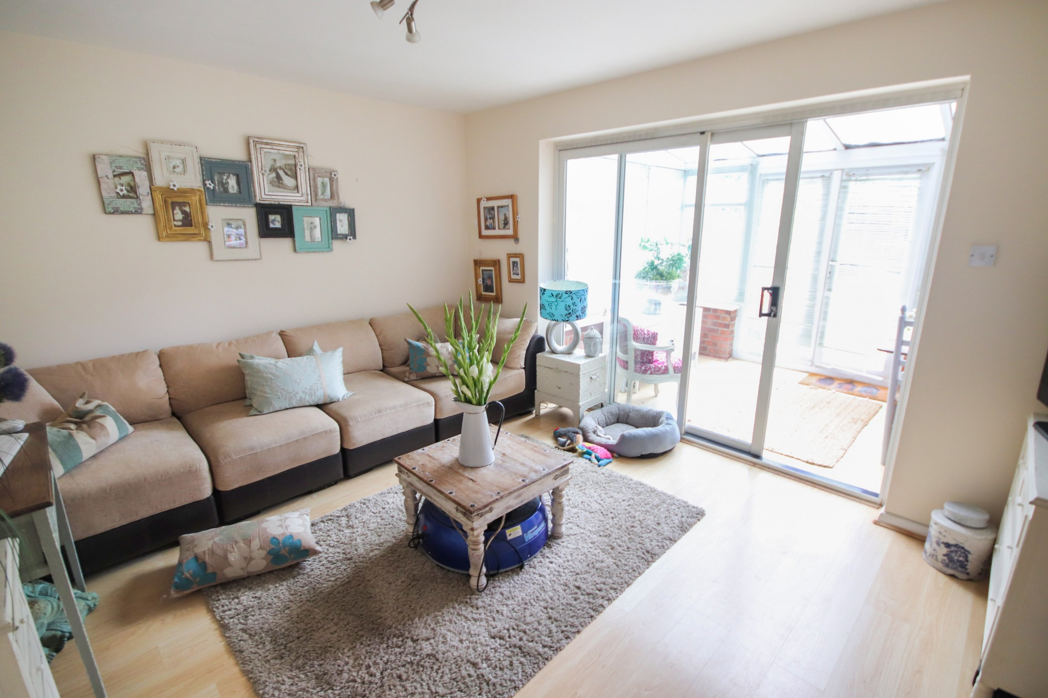 Large, bright two bed flat in Queens Park with bills included